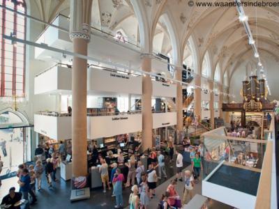 Voor monumentale panden die buiten gebruik worden gesteld voor hun oorspronkelijke functie, is het altijd een uitdaging om het een 'zinvolle herbestemming' te geven. In Zwolle is de Broerenkerk prachtig getransformeerd door en tot Boekhandel Waanders.