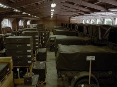 Sinds de jaren vijftig waren er in Nederland 53 Mobilisatiecomplexen, waar militair materieel lag opgeslagen i.v.m. de 'Koude Oorlog'. Sinds enkele jaren zijn ze door Defensie afgestoten en krijgen ze allerlei herbestemmingen. Foto: MOB-complex Mijdrecht