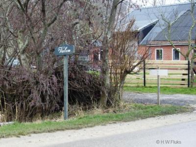 Nederland heeft twee noordelijkst gelegen buurtschappen: Valom en buur-buurtschap Heuvelderij. Vlak ten O hiervan ligt het noordelijkste dórp van Nederland: Oudeschip. Al deze plaatsen liggen in de gemeente Eemsmond.