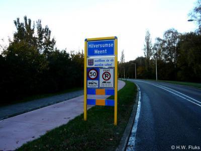 De Topografische Dienst heeft zich kennelijk laten misleiden door deze komborden, want Hilversumse Meent ten onrechte als plaatsnaam in de atlassen opgenomen. Het is nl. geen woonplaats maar - hoe bijna-enclave dan ook - een wijk van de plaats Hilversum.