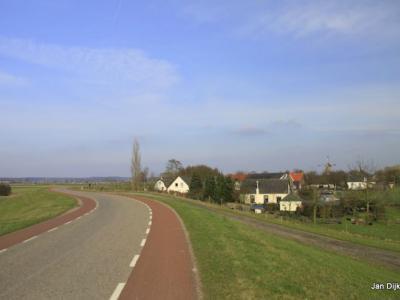 Het dorp Maurik, gezien van af de Rijnbandijk