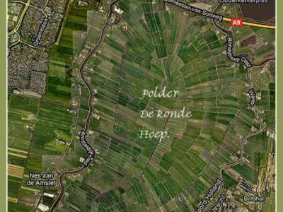 Kaart van Polder De Ronde Hoep of De Rondehoep. Omdat de dijk rond deze polder een mooi rondje vormt van 17 km door bovendien een idyllisch landschap, is dat bij fietsers en wandelaars een populair rondje om te doen.