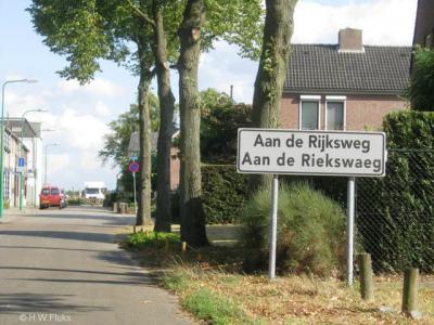 Vroeger had de buurtschap Aan de Rijksweg blauwe plaatsnaamborden dus kennelijk een eigen 'bebouwde kom'. Tegenwoordig heeft de buurtschap witte plaatsnaamborden en maakt het deel uit van de bebouwde kom van het dorp Merum.