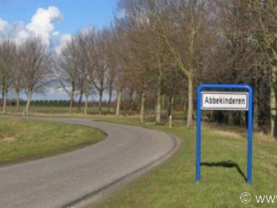 Abbekinderen (buurtschap van Kloetinge, dit deel van de buurtschap ligt in de gem. Kapelle), sinds 2011 is de identiteit van deze buurtschap ter plekke expliciet zichtbaar middels plaatsnaamborden, dankzij de inzet van inwoner mr. W. Sloots.
