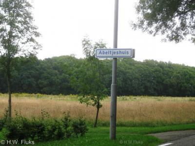 Abeltjeshuis is, met slechts een huis en twee inwoners, een van de plaatsen in de categorie 'Kleinste plaats van Nederland'. Bovendien is het ook qua oppervlakte de kleinste plaats, want volgens de bebording kom je er daar in en ga je er gelijk weer uit.