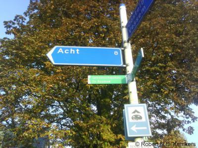 In de omgeving van het dorp Acht (gem. Eindhoven) staat een bord met een leuke ongetwijfeld onbedoelde want puur toevallige 'woordspeling': op deze plek is het nog 8 km naar Acht...