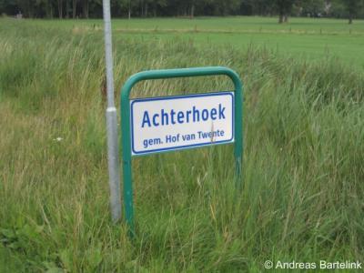 Buurtschap Achterhoek wordt ter plekke maar op een plek aangegeven, namelijk op de achterkant van een plaatsnaambord van buur-buurtschap Pothoek aan de Postweg.