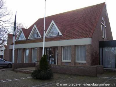 Alphen-Chaam, gemeentehuis te Alphen (Willibrordplein 1).