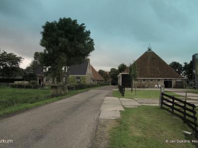 De kleine buurtschap Arkum - niet te verwarren met het dorp Akkrum - omvatte vanouds, en ook nu nog, altijd slechts vier boerderijen aan de gelijknamige weg (aan beide zijden van de weg twee stuks, allemaal vlak bij elkaar gelegen).