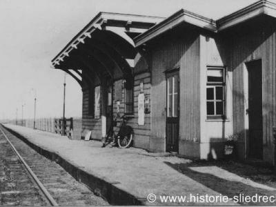 Baanhoek, het oorspronkelijke stationsgebouw van Baanhoek was een zogeheten abri, een houten wachtgelegenheid bestaande uit drie aan elkaar vastgebouwde ruimten. Deze foto is uit 1930. Sinds dec. 2011 is er een nieuw station Sliedrecht-Baanhoek.