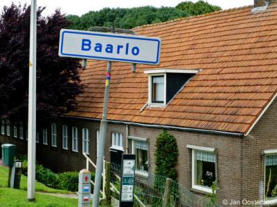 Baarlo bij Blokzijl (gemeente Steenwijkerland) is een formele woonplaats voor het postcodeboek. Het is een piepkleine buurtschap met slechts 17 woonhuizen. Dat zijn allemaal vrijstaande boerderijen.