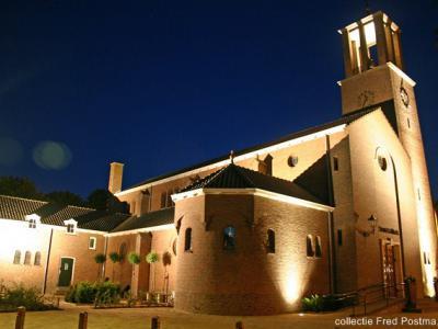 Bant, de voormalige RK Ludgeruskerk, tegenwoordig herbestemd tot multireligieus en multicultureel centrum de Bantsiliek, wordt 's avonds fraai in de spotlights gezet.