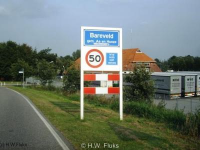 Bareveld heeft aan de Drentse kant een eigen bebouwde kom, met bijbehorende officiële plaatsnaamborden, maar ligt voor de postadressen 'in' Nieuwediep.