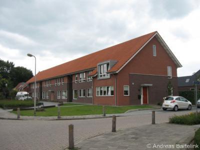 Het voormalige gemeentehuis van Ambt Delden te Bentelo is in 2007 gesloopt. Daarvoor in de plaats zijn huizen gebouwd. Op de foto de huizen aan de voorzijde van het voormalige gemeentehuis.