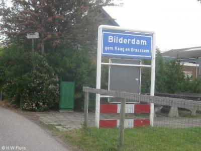 De buurtschap Bilderdam heeft een eigen bebouwde kom, maar valt voor de postadressen grotendeels onder het dorp Leimuiden en voor een klein stukje onder het dorp Langeraar.
