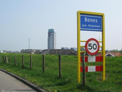 Bolnes heeft sinds 2008 weer officiële blauwe plaatsnaamborden (komborden) (voorheen witte borden), wat toch een zekere erkenning als plaats inhoudt, ondanks dat het dorp voor de postadressen 'in' Ridderkerk ligt.