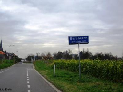 Borgharen is sinds 1970 wel geméénte Maastricht, maar is gelukkig niet - zoals veel andere dorpen - door de stád opgeslokt, omdat de Maas en het Julianakanaal de kernen van elkaar scheiden. Daarom is Borgharen nog altijd een landelijk groen dorpje.