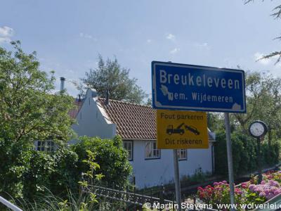 De buurtschap Breukeleveen heeft in zijn bestaan, sinds het in 1811 heel even een zelfstandige gemeente was, maar liefst vijf latere gemeentelijke herindelingen meegemaakt. Hoe dat zit kun je lezen onder het kopje Status.