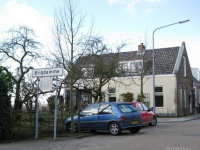 De buurtschap Brigdamme heeft witte plaatsnaamborden en valt daarom vermoedelijk formeel binnen de bebouwde kom van het dorp Sint Laurens.