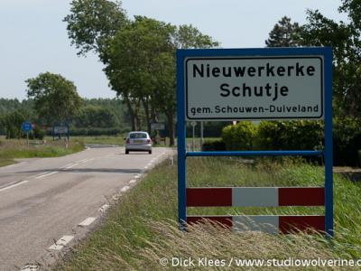 Nieuwerkerke Schutje, plaatsnaamborden, begin en einde op een foto, geeft iets aan over de omvang