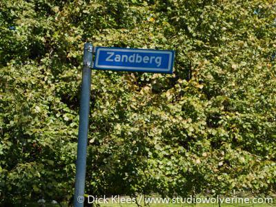 De Bocholtzer buurtschap Zandberg heeft geen plaatsnaamborden. Je kunt daarom alleen aan de gelijknamige straatnaambordjes zien dat je er bent aangekomen.