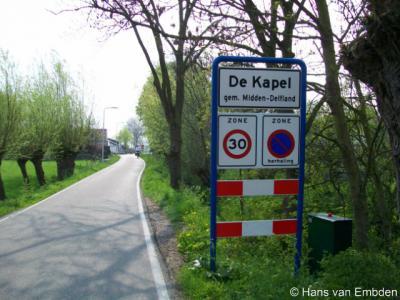 De Kapel (buurtschap van Schipluiden)  heeft pas sinds 2004 (of later) plaatsnaamborden. Het komt verder nergens - als buurtschap - voor in atlassen of plaatsenlijsten. Feitelijk is het onderdeel van de buurtschap Zouteveen.