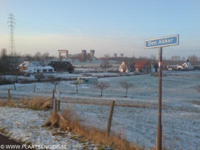 Den Akker, de complete buurtschap op de foto, met op de achtergrond de Prins Bernhardsluizen, die onder de gemeente Tiel vallen.
