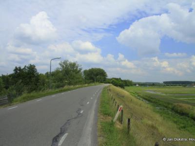 De Diefdijk, een dijk tusssen Leerdam en Fort Everdingen, een onderdeel van de Nieuwe Hollandse Waterlinie.