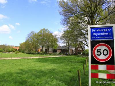 Vanaf de lange Gooyerdijk komen we in Driebergen-Rijsenburg, dat alleen op de plaatsnaamborden en in het postcodeboek zo heet. In de volksmond en op andere bebordingen is altijd sprake van Driebergen, wat ons ook logischer lijkt. Zie verder onder Naam.