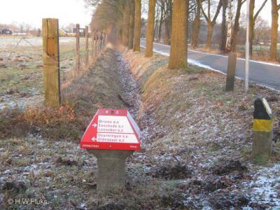 De buurtschap Driene heeft helaas geen plaatsnaamborden. Gelukkig wordt nog wel door middel van ANWB-'paddenstoelen' in de omgeving aangegeven welke kant je op moet om er te komen.