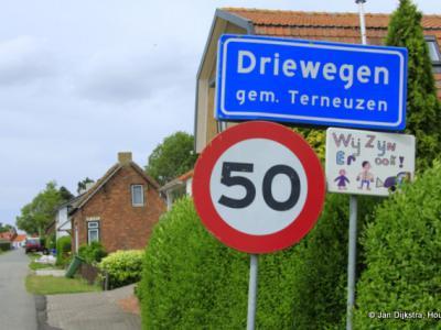 Leuk dat bordje dat aandacht vraagt voor de kinderen in Driewegen.
