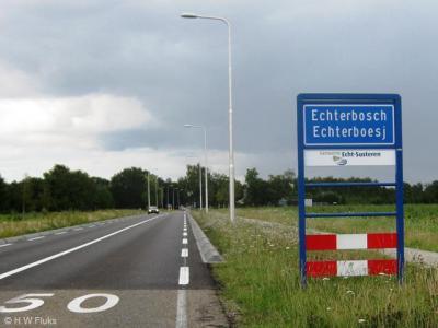 Echterbosch, in 2009 geplaatste komborden, waardoor men hier nog max. 50 km/uur mag (voorheen witte borden = max. 80 km/uur)