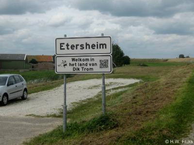 Etersheim, plaatsnaambord, met sinds 2013 een onderbord ter promotie van het Schooltje van Dik Trom, én vermoedelijk het eerste plaatsnaambord van ons land met een QR-code (die je met je smartphone kunt scannen voor nadere informatie).