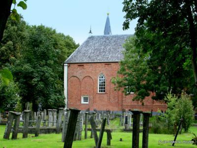 De 13 eeuwse kerk in Finsterwolde, met losstaande toren.