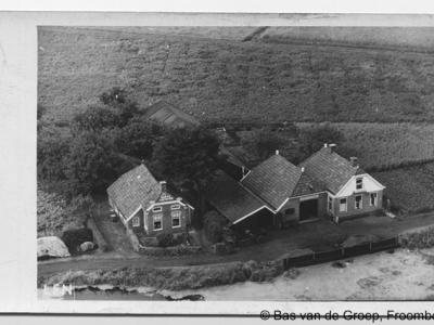 Froombosch, de weg Langewijk was oorspronkelijk een gegraven waterloop voor de afvoer van het veen / de turf (= 'wijk'). Op de foto, met rechts het pand Langewijk 5 uit 1921, is deze waterloop goed te zien.