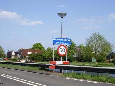 Geeuwenbrug komt als plaatsnaam voor in het postcodeboek. Dat betreft echter alleen het kleine stuk buitengebied van Geeuwenbrug W van de Drentse Hoofdvaart. Het dorp zelf ligt postaal gezien 'in' Dwingeloo.