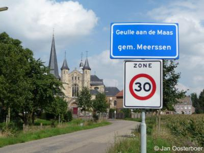 De oude, oorspronkelijke dorpskern van Geulle, met o.a. de imposante Sint Martinuskerk en het voormalige gemeentehuis, heet tegenwoordig, samen met de ZW ervan gelegen vroegere buurtschap Aan de Maas, 'Geulle aan de Maas'.