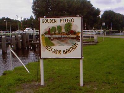 Buurtschap Gouden Ploeg heeft in 2010 fraai beschilderde 'plaatsnaamborden' geplaatst t.g.v. het 625-jarig bestaan van Bergentheim