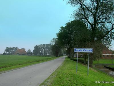 De buurtschap Greate Wierrum ligt, zoals de naam al doet vermoeden, vlakbij het dorpje Lytsewierrum. Wel een beetje curieus dat het dorp qua naam lytser (kleiner) is dan de buurtschap. In de praktijk is het natuurlijk andersom.
