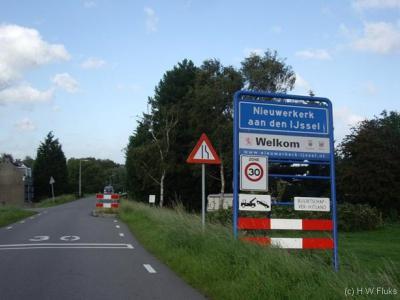 Buurtschap Ver-Hitland ligt formeel binnen de bebouwde kom van Nieuwerkerk aan den IJssel, maar in de praktijk, geografisch gezien, is het nog altijd een apart, langs de Hollandse IJssel gelegen buurtschap in het buitengebied, los van de dorpskern.