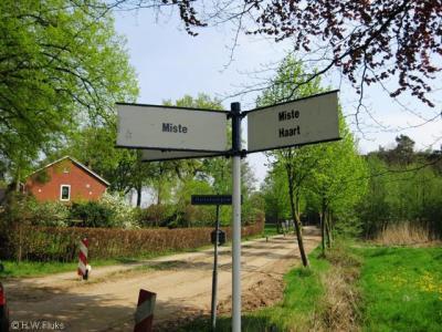 In het buitengebied van de gemeente Aalten staan veel handige richtingwijzers naar buurtschappen in de omgeving, zoals hier naar de buurtschappen Miste en Haart.