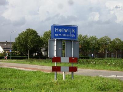 Helwijk, een dorp met officiële blauwe plaatsnaamborden (komborden) en een Dorpsplan, maar voor de postadressen bestaat het niet en ligt het 'in' Willemstad