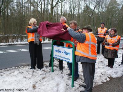 Herike-Elsen, op 16 januari 2010 is hier het eerste van een serie nieuwe buurtschapsborden in de gemeente Hof van Twente onthuld. Links de wethouders Titshof en Knuiman, rechts de initiatiefnemers Jan Wessels en Hendrik Hoevink.