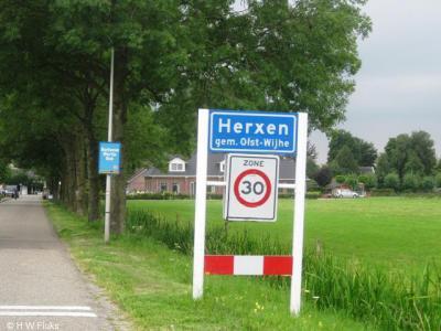 Veel kleine kernen hebben bij de invoering van het postcodeboek in 1978 helaas geen eigen postcode en postale plaatsnaam gekregen, waardoor ze voor de postadressen sindsdien 'in' een groter buurdorp liggen. Zo ligt Herxen voor de post nu 'in' Wijhe.