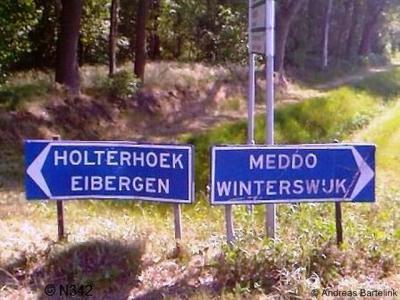 In de omgeving van de buurtschap Holterhoek staan wel keurige richtingborden, maar bij de buurtschap zelf staan geen plaatsnaamborden, dus je weet wel waar je heen moet, maar je kunt niet zien wanneer je er bent aangekomen. Dat is niet echt handig...