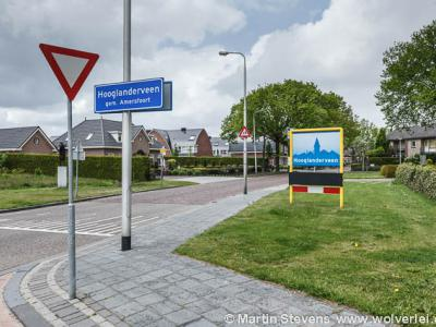 In mei 2012 had Hooglanderveen aan de Van Tuyllstraat, naast de alternatieve borden met gestileerd panorama (op de oude plek van de komborden), ook nog de officiéle blauwe komborden. Deze zijn later alsnog verwijderd.