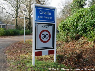 Ter plekke rondkijkend, zou je kunnen denken dat het gebied Crailo alleen onder de gem. Huizen valt omdat alleen dat gedeelte plaatsnaamborden heeft, maar het gebied valt onder nog meer gemeenten. Kijk maar onder het kopje Status en ligging.