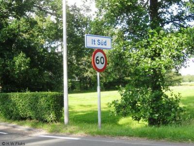 It Súd is een buurtschap die, zoals de naam al suggereert, ergens ten zuiden van ligt, in dit geval van Drachten. Direct N van Drachten ligt een corresponderende buurtschap Noarderein.