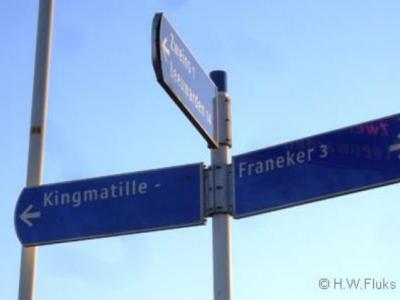 Buurtschap Kingmatille heeft weliswaar geen plaatsnaamborden, maar een richtingbord in de buurt vertelt je in ieder geval nog wél hoe je er kunt komen...