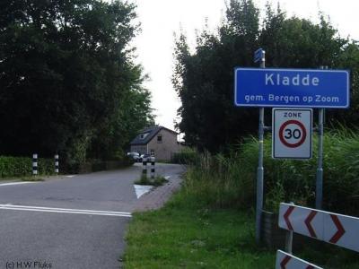 Kladde heeft officiële blauwe plaatsnaamborden (komborden); postaal valt het grotendeels onder het dorp Lepelstraat.